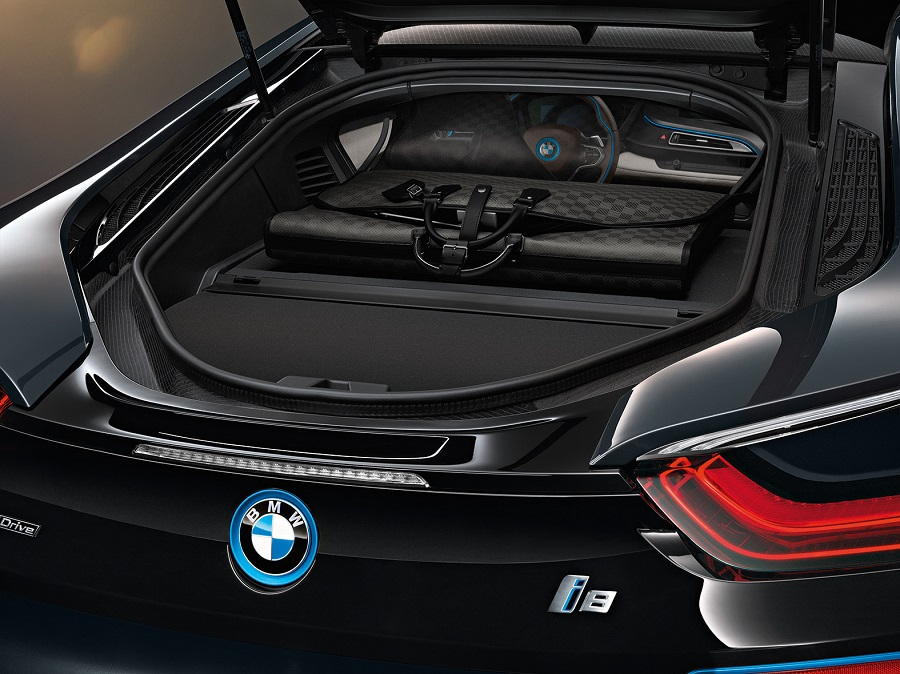Louis Vuitton Garment Bag i8 en el interior del BMW i8